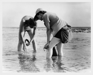 Rachel_Carson_Conducts_Marine_Biology_Research_with_Bob_Hines