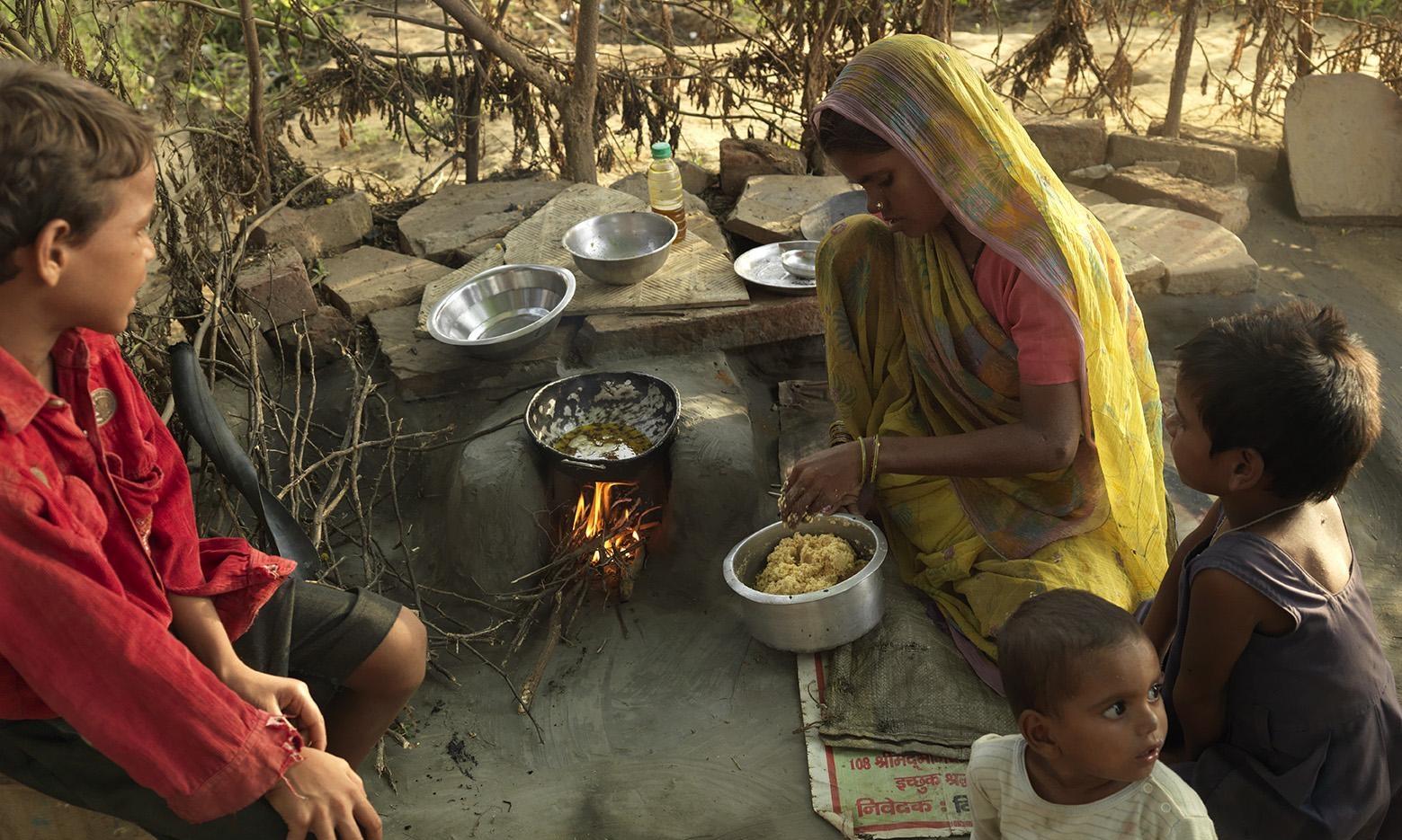 Gomti cooking food in het outdoor kitchen